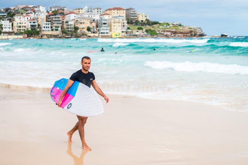 Persona que practica surf de la playa de Bondi fotos de archivo
