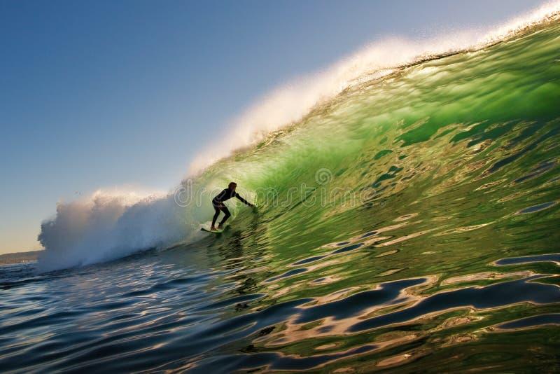 Persona que practica surf de la puesta del sol fotografía de archivo libre de regalías