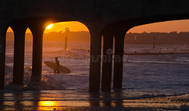 Persona que practica surf de la puesta del sol de Boscombe fotos de archivo