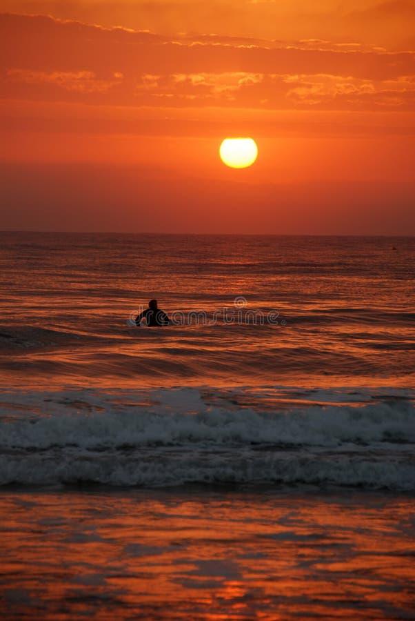 Persona que practica surf de la salida del sol, costa de la sol, Australia imágenes de archivo libres de regalías