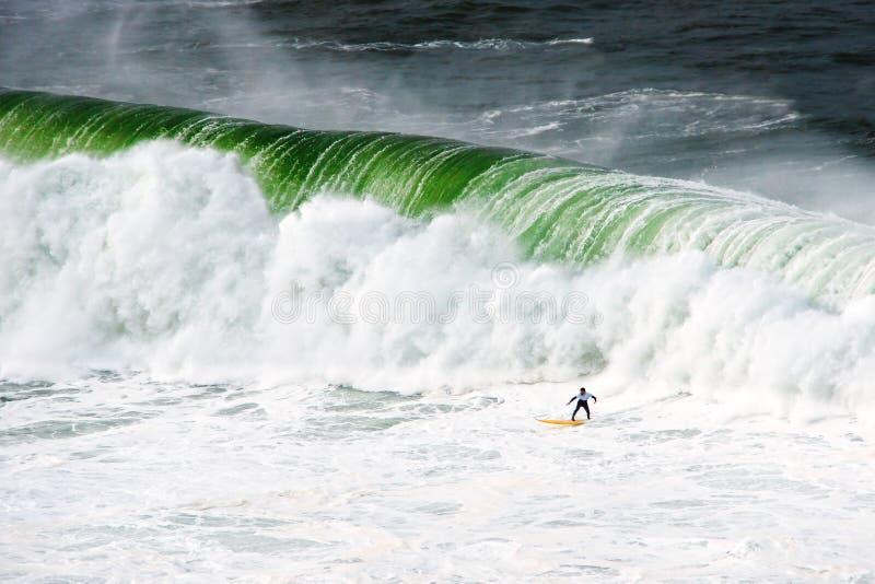 Persona que practica surf debajo de la onda grande fotografía de archivo