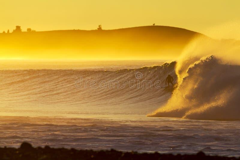 Persona que practica surf del amanecer foto de archivo libre de regalías