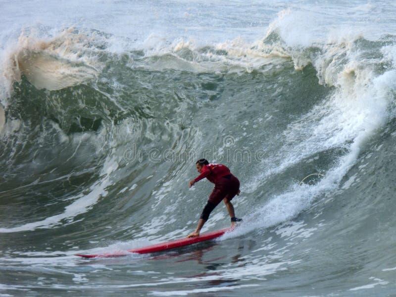 Persona que practica surf del calentamiento fotos de archivo libres de regalías