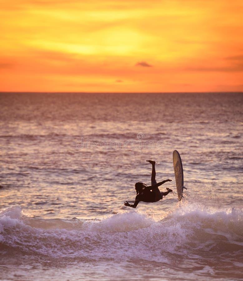 Persona que practica surf del mediados de aire foto de archivo