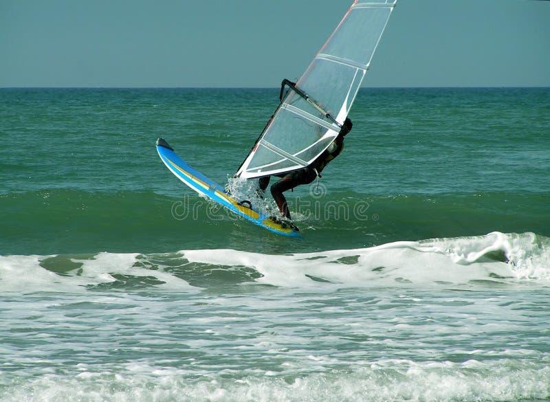 Persona que practica surf del viento foto de archivo libre de regalías