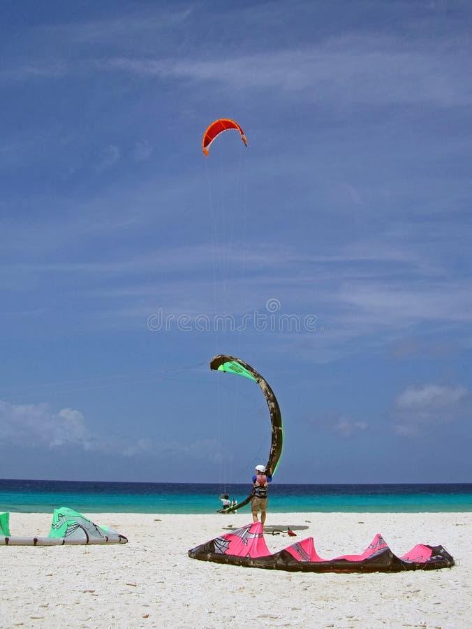 Persona que practica surf del viento imagen de archivo