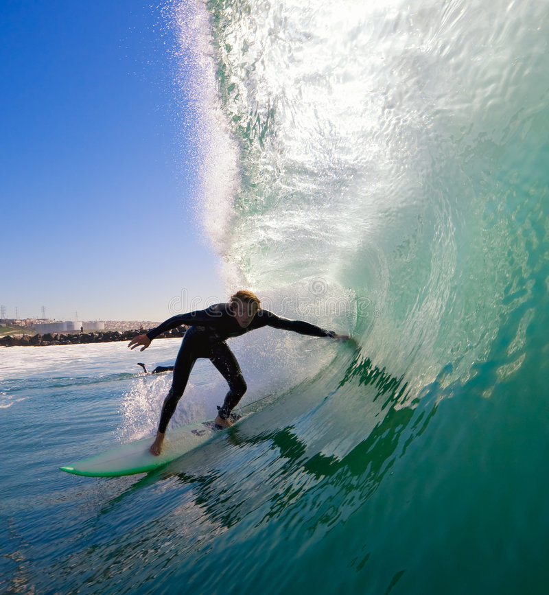 Persona que practica surf Ducking en el tubo fotografía de archivo libre de regalías