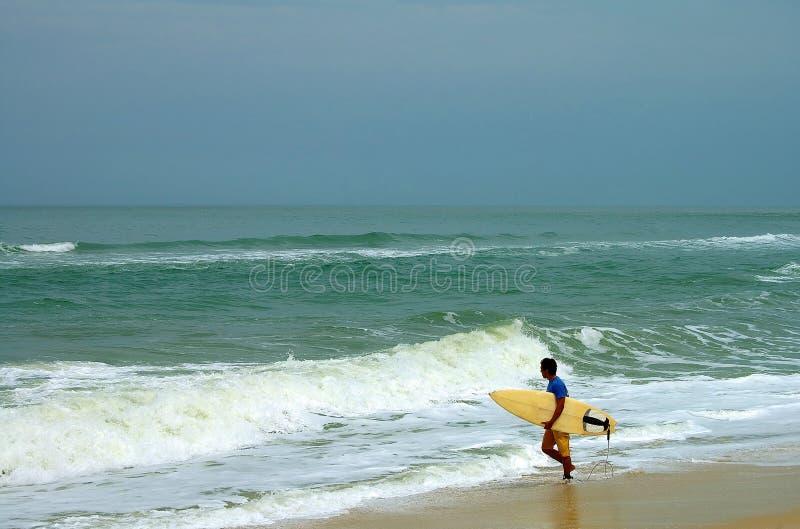 Download Persona Que Practica Surf En Itauna Imagen de archivo - Imagen de litoral, playa: 1295173