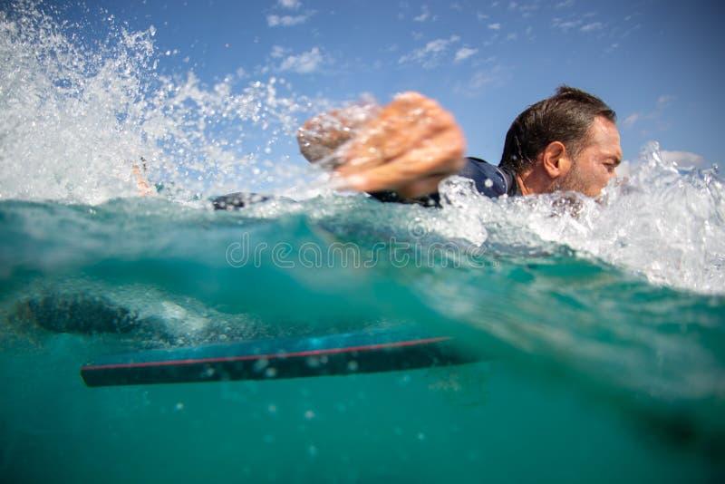 Persona que practica surf en la acción en la onda fotos de archivo libres de regalías