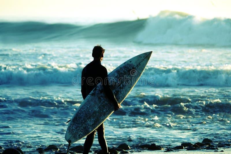 Persona que practica surf en la oscuridad foto de archivo