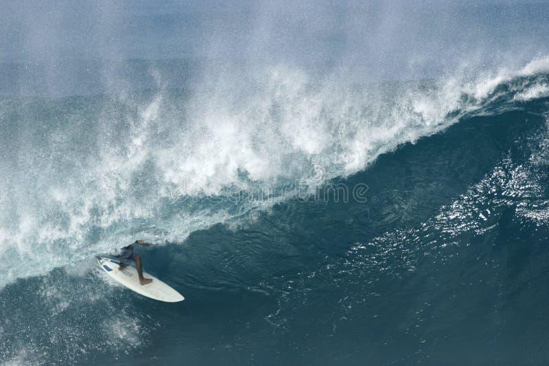 Persona que practica surf en la tubería del Banzai foto de archivo