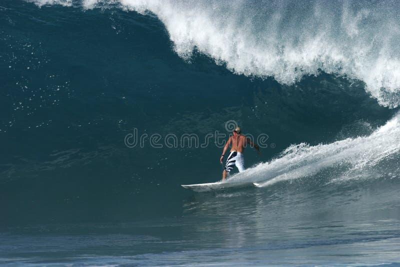 Persona que practica surf en la tubería trasera foto de archivo