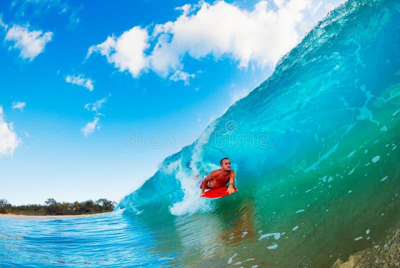 Persona que practica surf en onda fotografía de archivo