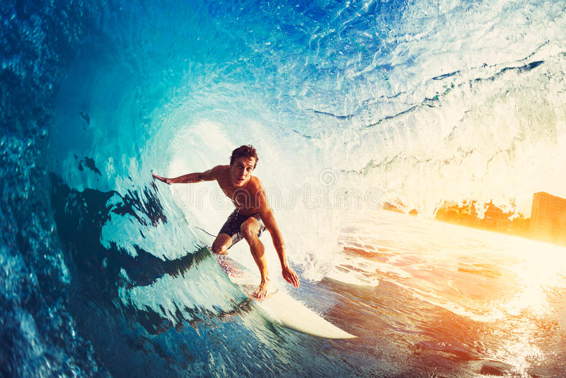 Persona que practica surf en onda de océano azul fotografía de archivo