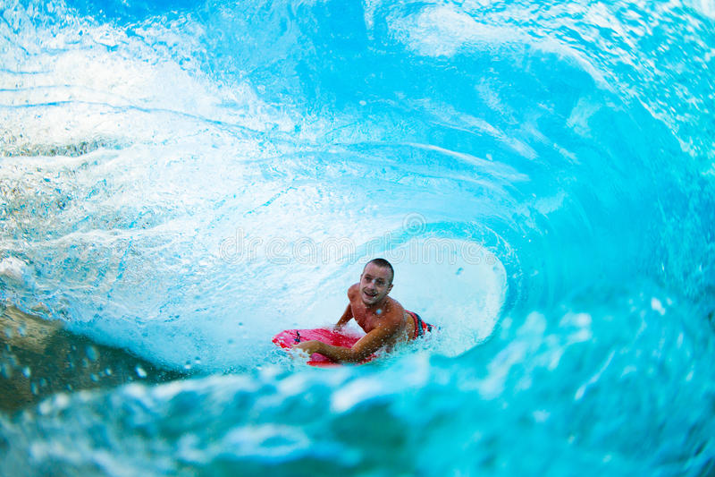 Persona que practica surf en onda en el barril foto de archivo libre de regalías