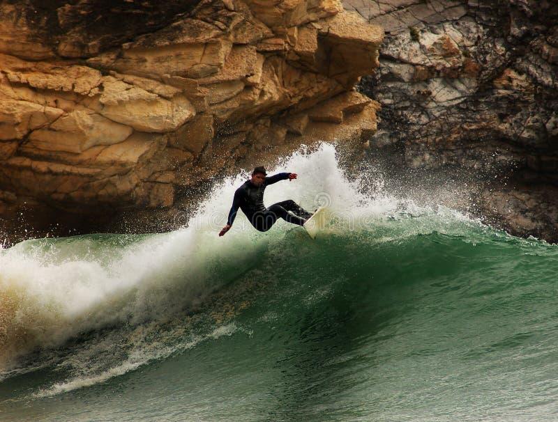 Persona que practica surf en una onda fotografía de archivo libre de regalías