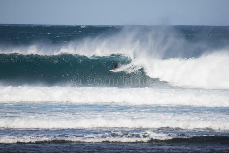 Persona que practica surf en una onda grande imagenes de archivo