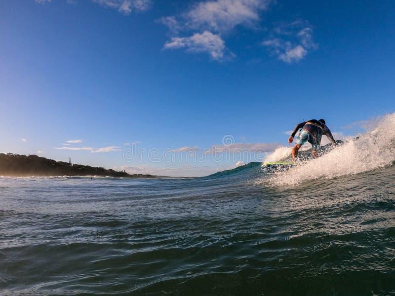 Persona que practica surf en una onda stock de ilustración