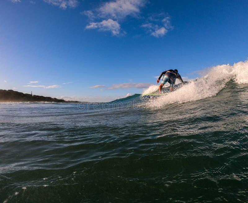 Persona que practica surf en una onda imagenes de archivo