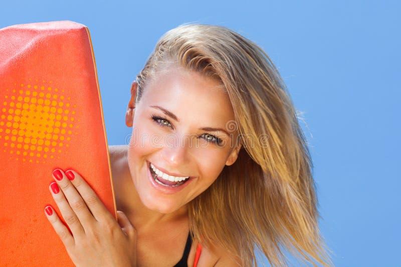 Persona que practica surf feliz de la muchacha foto de archivo libre de regalías