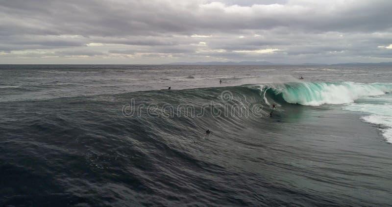 Persona que practica surf grande de la onda foto de archivo