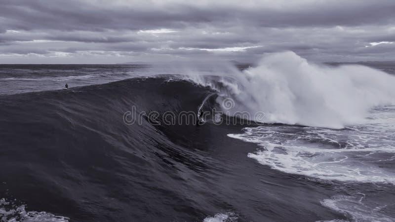 Persona que practica surf grande de la onda imagen de archivo