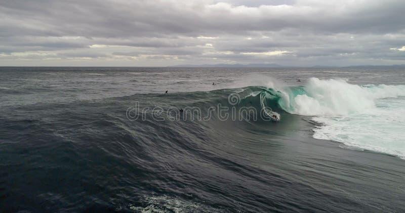 Persona que practica surf grande de la onda fotos de archivo