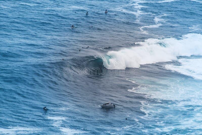 Persona que practica surf grande de la onda foto de archivo libre de regalías