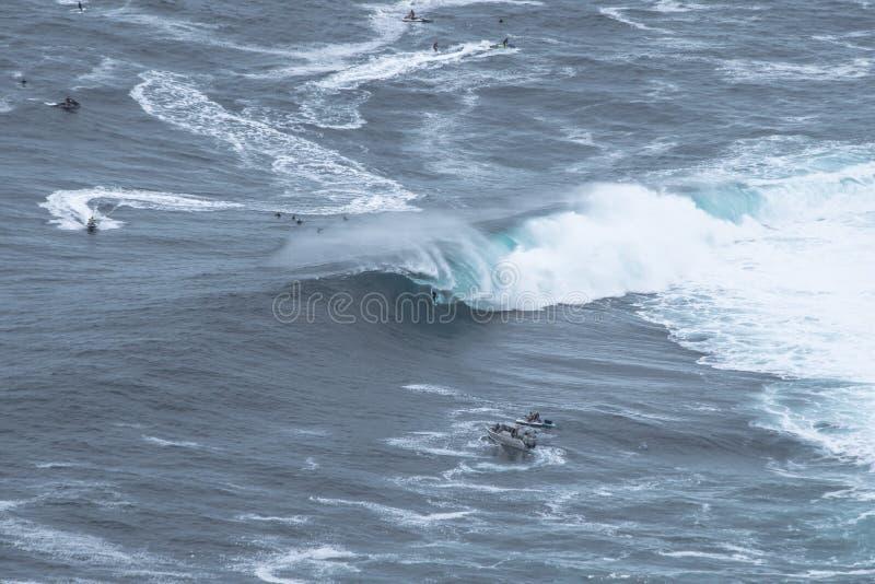Persona que practica surf grande de la onda imagenes de archivo