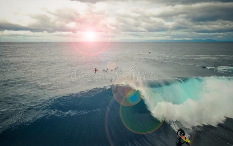 Persona que practica surf grande de la onda fotografía de archivo libre de regalías