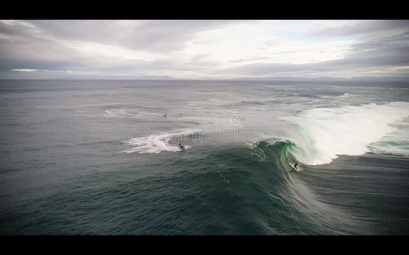 Persona que practica surf grande de la onda imagen de archivo libre de regalías