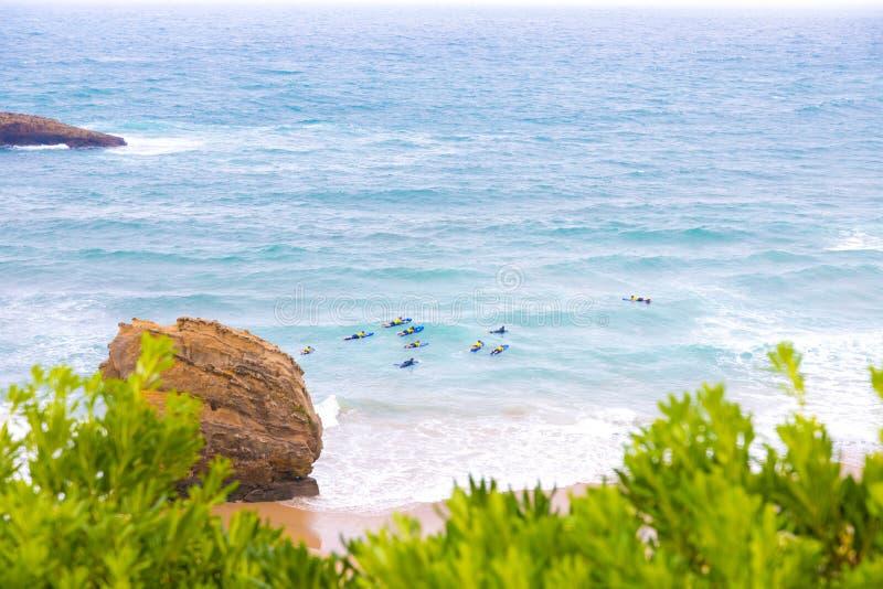 Persona que practica surf joven que aprende la resaca con un coche en el mar en Biarritz Francia fotografía de archivo libre de regalías