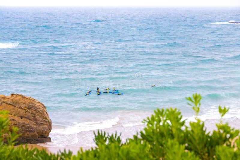 Persona que practica surf joven que aprende la resaca con un coche en el mar en Biarritz Francia imagenes de archivo