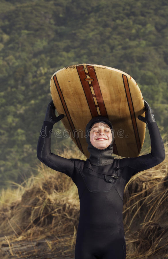 Persona que practica surf joven orgullosa imagen de archivo