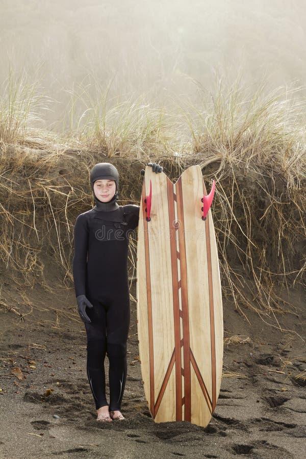 Persona que practica surf joven orgullosa imagen de archivo libre de regalías