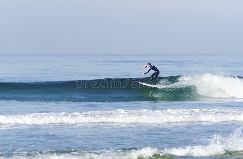 Persona que practica surf, playa pacífica, San Diego, California fotografía de archivo