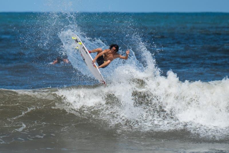Persona que practica surf profesional imagen de archivo libre de regalías
