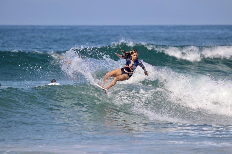Persona que practica surf profesional francesa Pauline Ado imagen de archivo