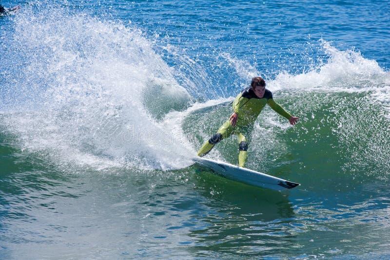 Persona que practica surf profesional Shaun Burns Surfing California fotos de archivo