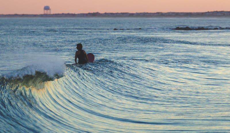 Persona que practica surf que espera una onda imágenes de archivo libres de regalías
