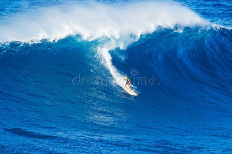Persona que practica surf que monta la onda gigante foto de archivo