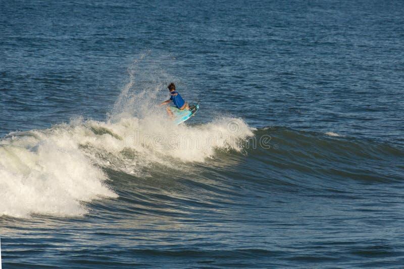 Persona que practica surf que realiza un 1 aéreo foto de archivo libre de regalías