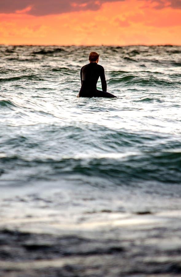 Persona que practica surf que tarda un momento foto de archivo libre de regalías