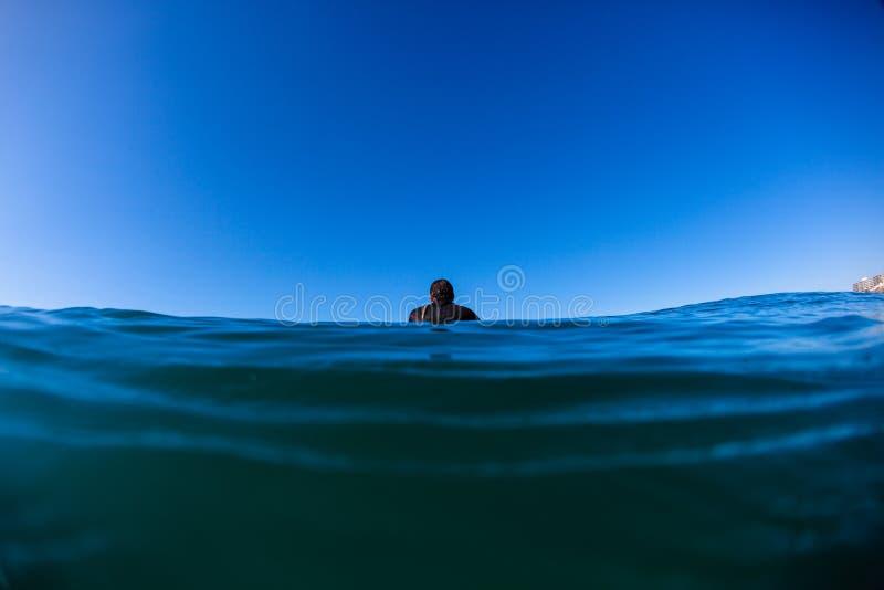 Persona que practica surf sola del océano que espera   imagen de archivo