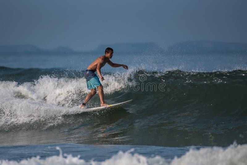Persona que practica surf torpe del pie que va a la izquierda foto de archivo libre de regalías