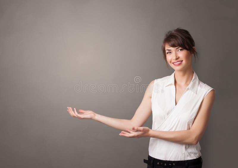 Persona que presenta algo con el espacio vacío libre illustration
