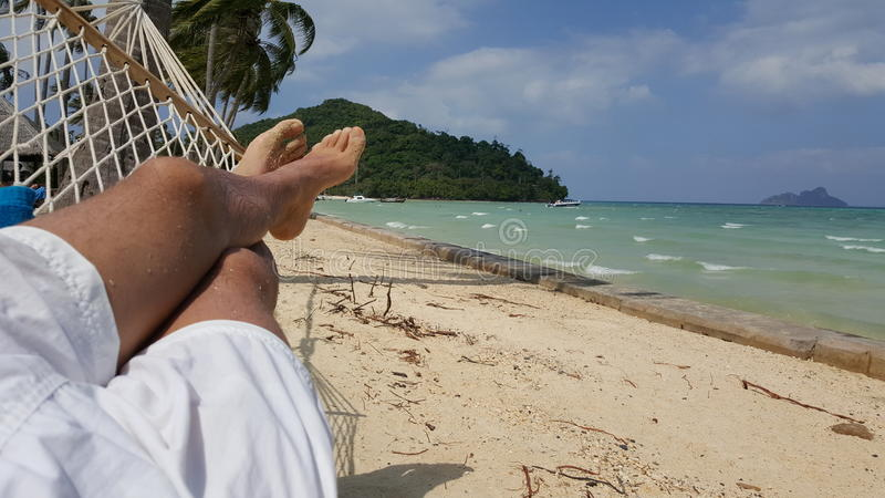 Persona que se relaja en una hamaca fotos de archivo libres de regalías