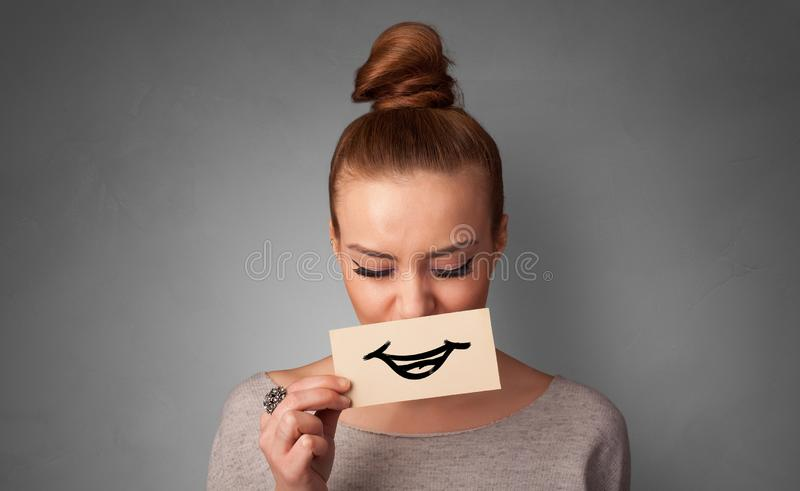 Persona que sostiene delante de su boca una tarjeta imagen de archivo