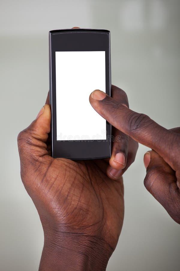 Persona que sostiene el teléfono móvil fotografía de archivo libre de regalías