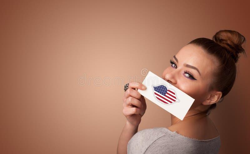 Persona que sostiene la tarjeta de la bandera de los E.E.U.U. imagen de archivo libre de regalías